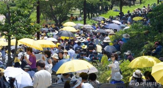 [사진]故 노무현 전 대통령 10주기 추도식 참석하는 시민들