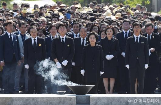 [사진]故 노무현 서거 10주기, 묘역 찾은 정치권