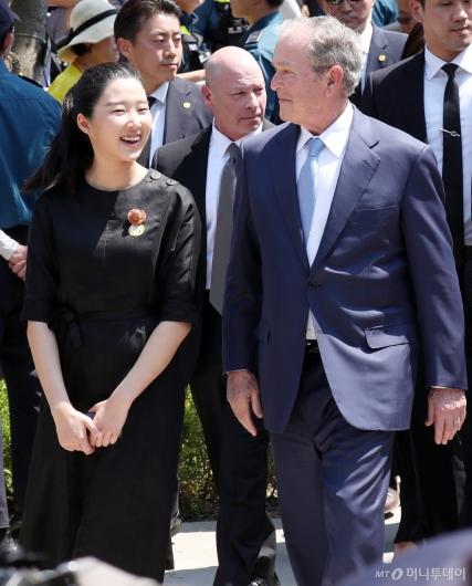 [사진]조지 부시와 미소 짓는 故노무현 대통령 손녀 노서은 양