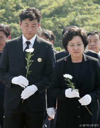 [사진]헌화하는 노건호-권양숙 여사
