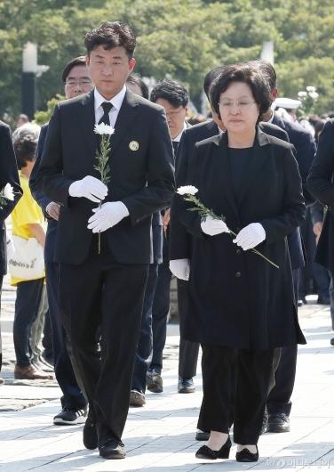 [사진]추도식 헌화 하는 노건호-권양숙 여사