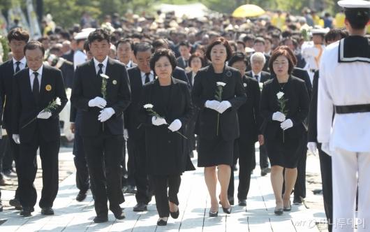 [사진]故 노무현 전 대통령 묘역 참배하는 권양숙-김정숙 여사