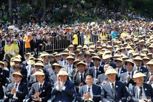 [사진]故 노무현 전 대통령 추도식에 모인 시민들