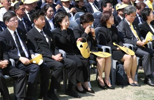 [사진]눈물 흘리는 권양숙-김정숙 여사