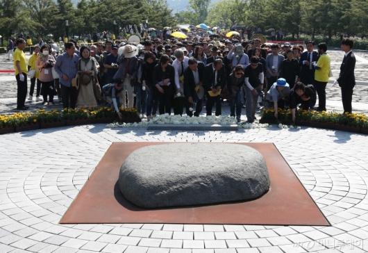 [사진]故 노무현 전 대통령 묘역 찾은 시민들