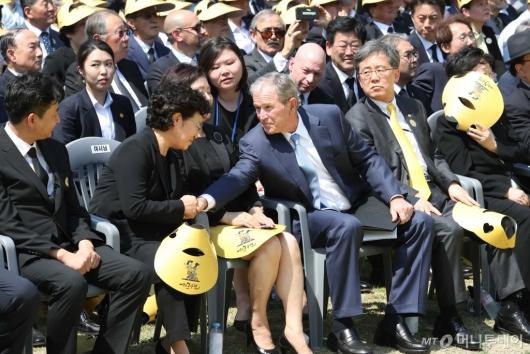 [사진]권양숙 여사 위로하는 조지 부시 전 美 대통령
