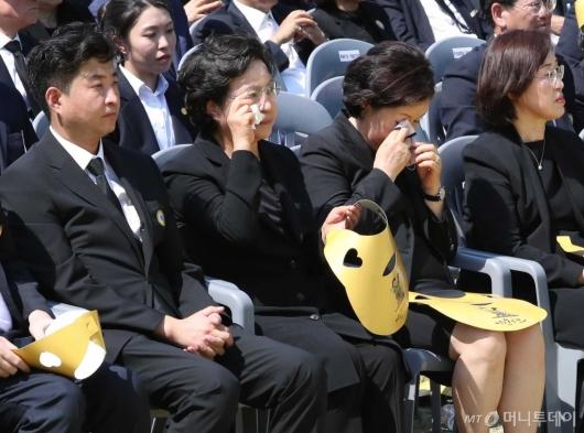 [사진]눈물 닦는 권양숙-김정숙 여사