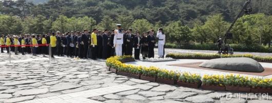 [사진]묘역 참배하는 참석자들