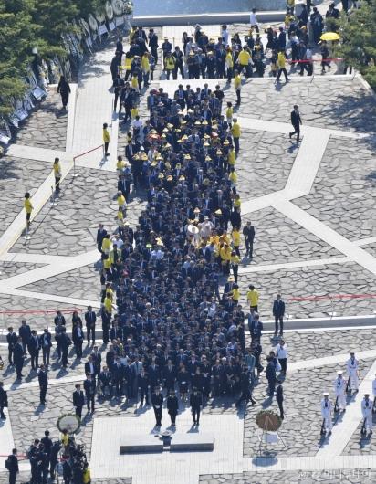 [사진]故 노무현 전 대통령 묘역 참배하는 시민들