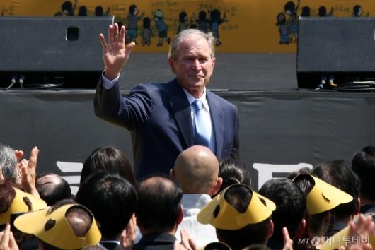[사진]인사하는 조지 부시 전 미국 대통령
