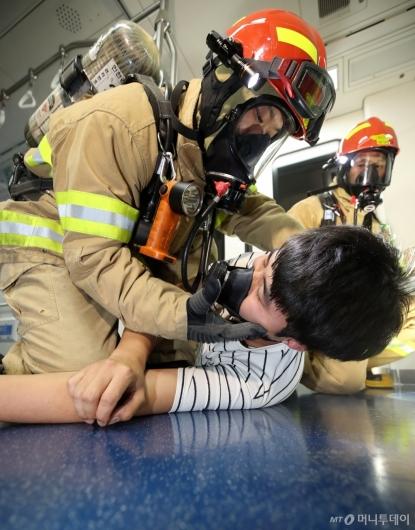 [사진]'승객 구조하는 공항소방대원'