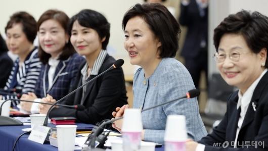 [사진]여성기업인 간담회 발언하는 박영선 장관