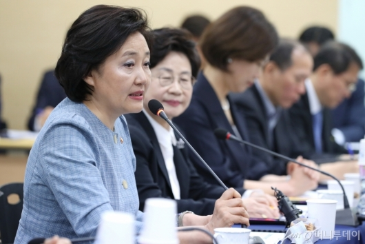[사진]여성기업인 간담회 모두발언하는 박영선 장관