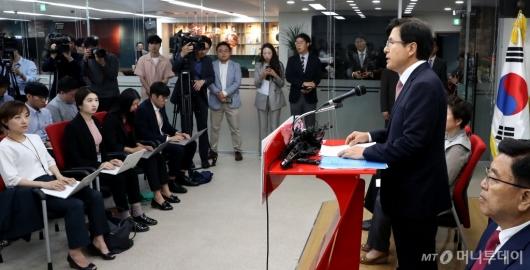 [사진]질문 받는 황교안 대표