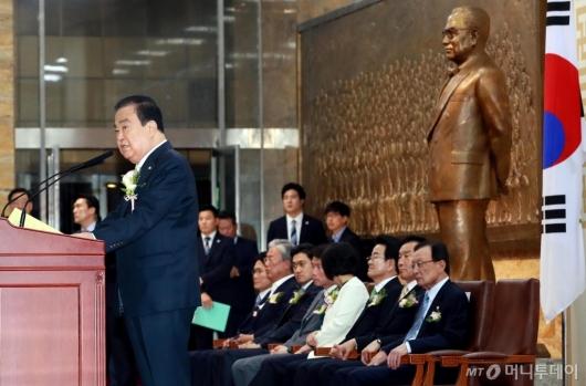 [사진]기념사 전하는 문희상 국회의장