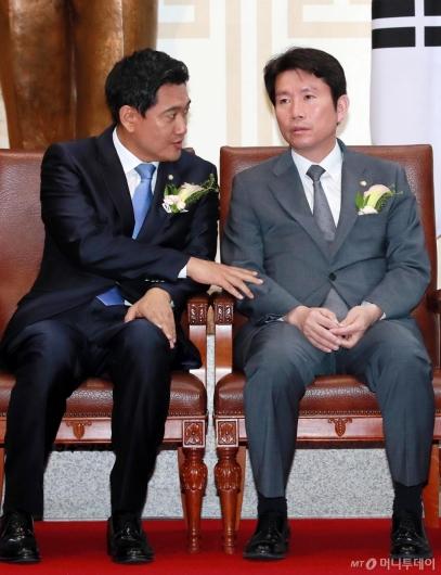 [사진]이야기 나누는 이인영-오신환