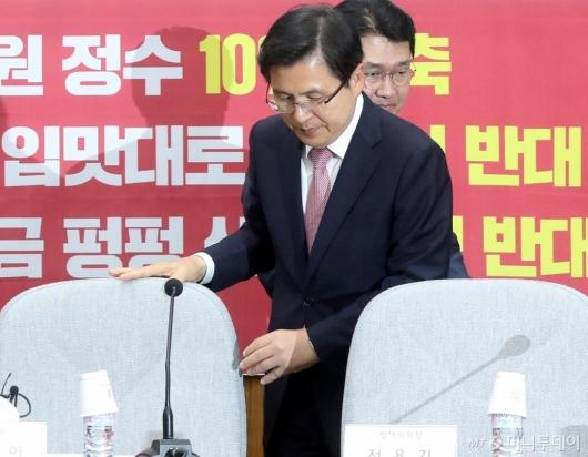 [사진]자리 앉는 황교안 대표