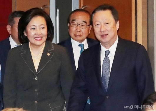 [사진]CEO 조찬 간담회 참석하는 박영선-박용만