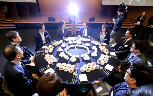 [사진]대화 나누는 박영선 장관-박용만 회장