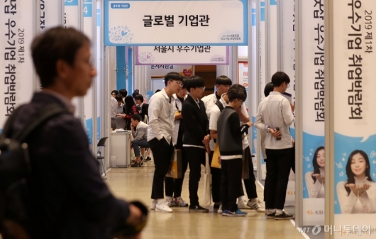 [사진]취업박람회 찾은 고등학생들