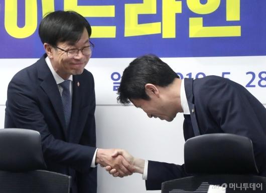 [사진]악수 나누는 김상조-이인영