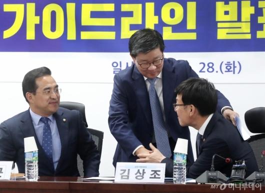 [사진]악수 나누는 김상조-전해철