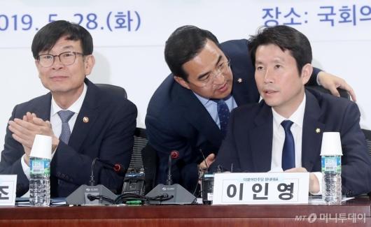 [사진]이야기 나누는 이인영-박홍근