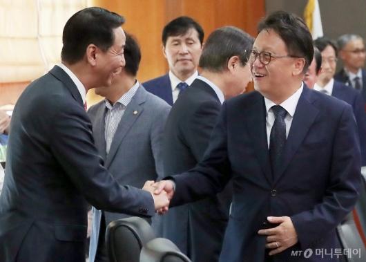[사진]악수하는 민병두 위원장-권용원 협회장