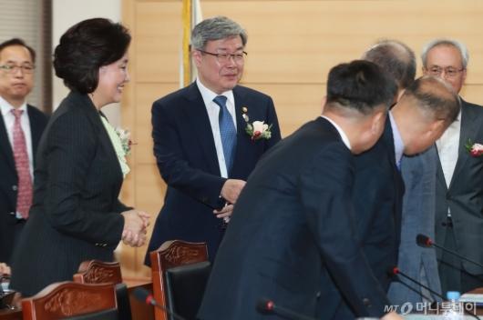 [사진]스마트공장 노사정 협약식 참석한 박영선-이재갑 장관