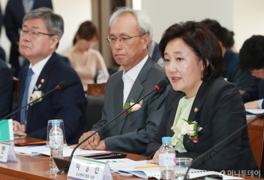 [사진]'사람중심' 스마트공장 노사정 협약식 참석한 박영선 장관
