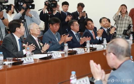 [사진]박 장관 인사말에 박수 보내는 노·사