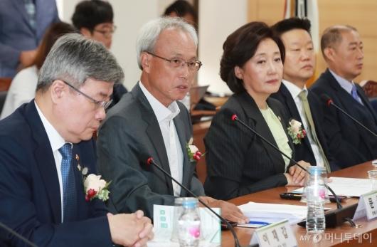 [사진]스마트공장 노사정 협약식 참석한 문성현 경사노위 위원장