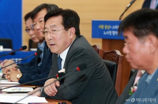 [사진]스마트공장 노사정 협약식 참석한 김기문 중기중앙회장