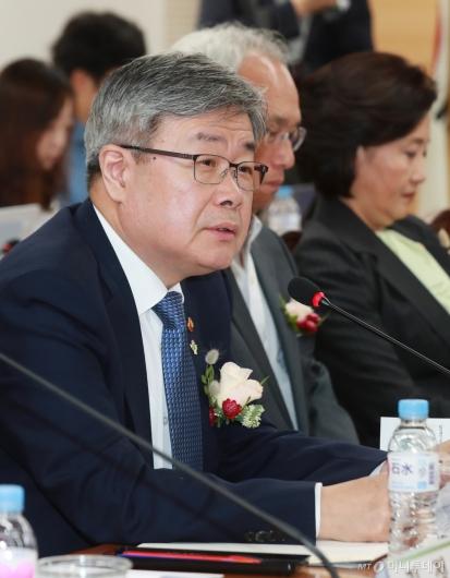 [사진]스마트공장 노사정 협약식 참석한 이재갑 노동부 장관