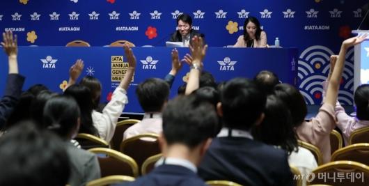 [사진]취재진 질문 받는 조원태 회장