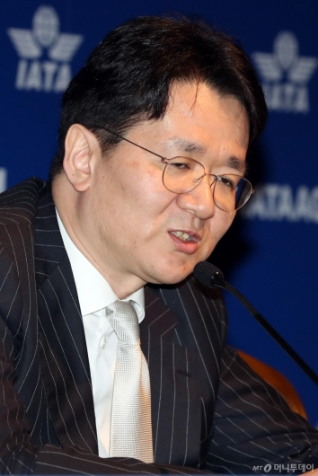 [사진]취재진 질문에 답하는 조원태 회장
