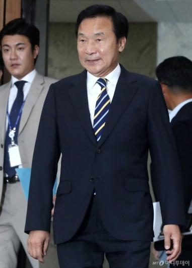 [사진]의원총회 참석하는 손학규