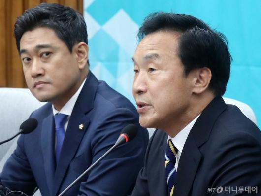 [사진]의원총회 발언하는 손학규 대표