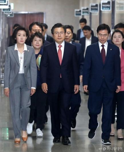 [사진]회의 참석하는 황교안-나경원