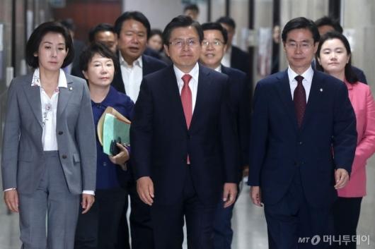 [사진]회의 참석하는 황교안 대표
