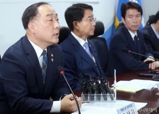 [사진]세제 현안 발언하는 홍남기 부총리