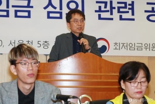 [사진]인사말하는 박준식 최저임금위원장