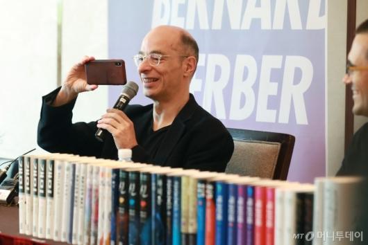 [사진]취재진 촬영하는 베르나르 베르베르