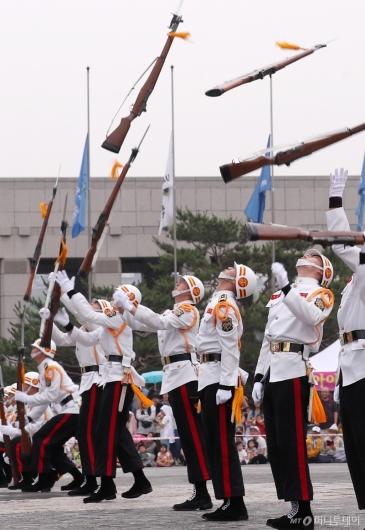 [사진]해병대 의장대 동작시범