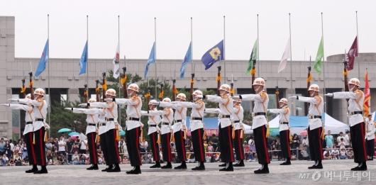 [사진]해병대 의장대, 칼 같은 동작