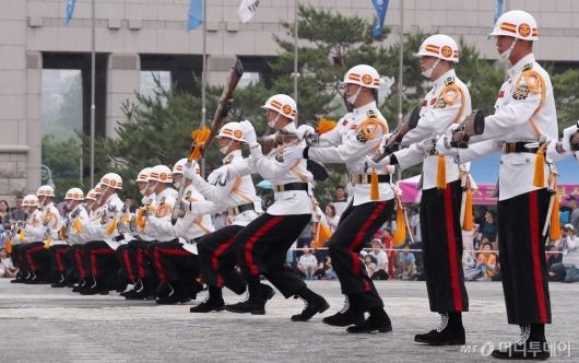 [사진]멋진 동작시범 보이는 해병대 의장대