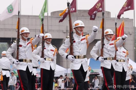 [사진]해병대 의장대 '절도'