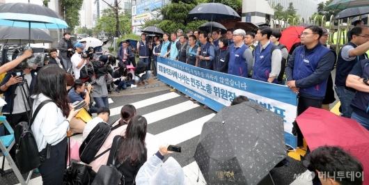 [사진]경찰서 앞에서 입장 발표하는 김명환 위원장