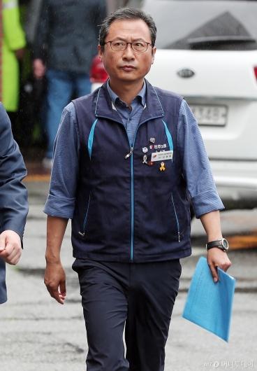 [사진]경찰서 출석하는 김명환 위원장