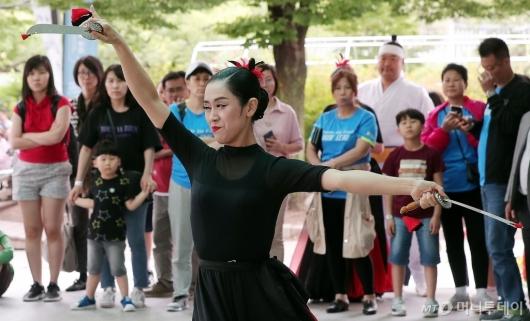 [사진]시선 집중 '칼춤'